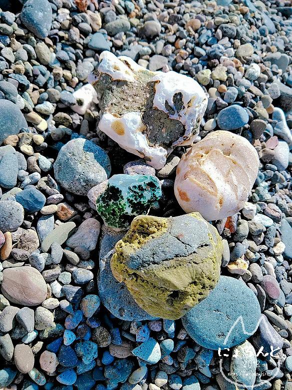 大浜海岸・色とりどりの石たち