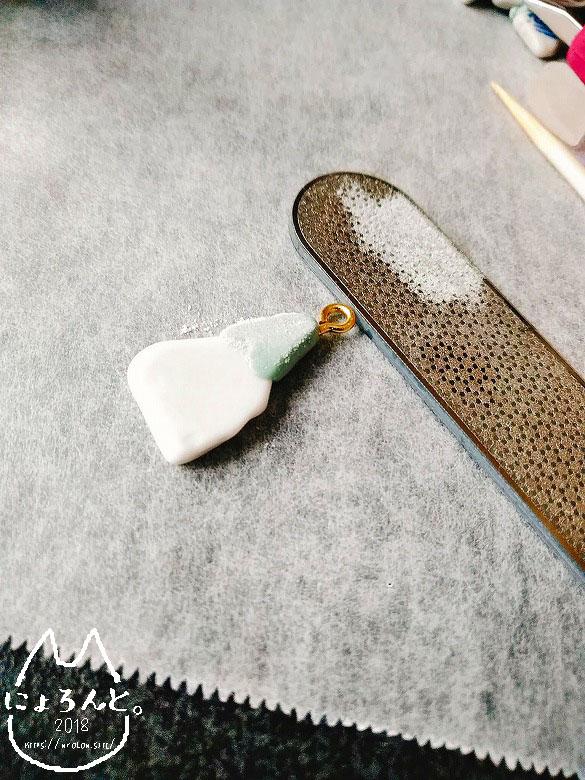 2019エポキシパテと新うるし金継ぎで作る陶片チャーム・エポキシパテ削り