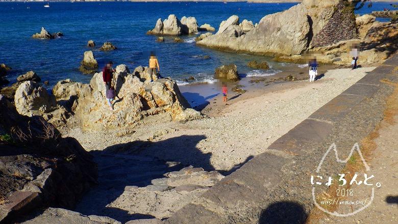 真名瀬海岸でビーチコーミング/石碑の先の海