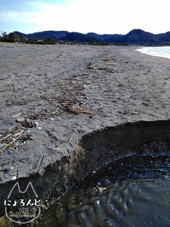 上総湊港海浜公園でビーチコーミング/川