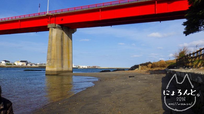 大洗町那珂川・海門橋でリバーコーミング/橋のたもと
