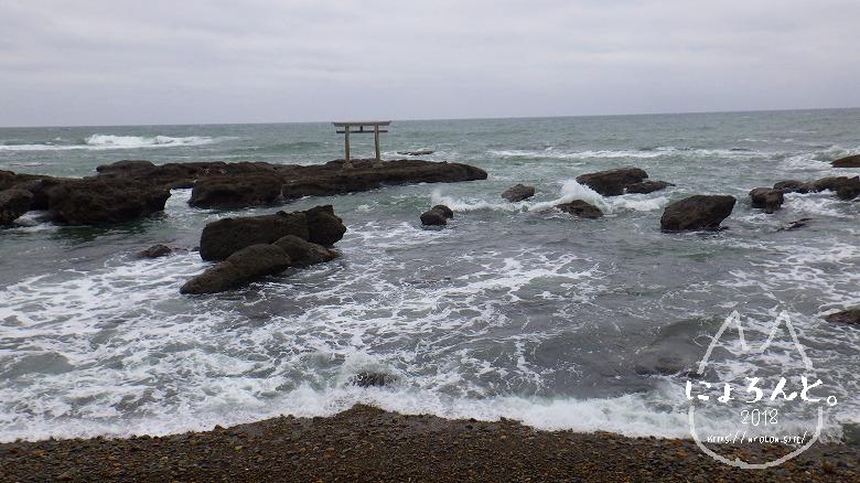 大洗海岸・磯前神社前でビーチコーミング/鳥居