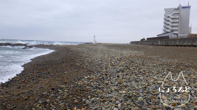 大洗海岸・磯浜灯柱前でビーチコーミング/浜のロング