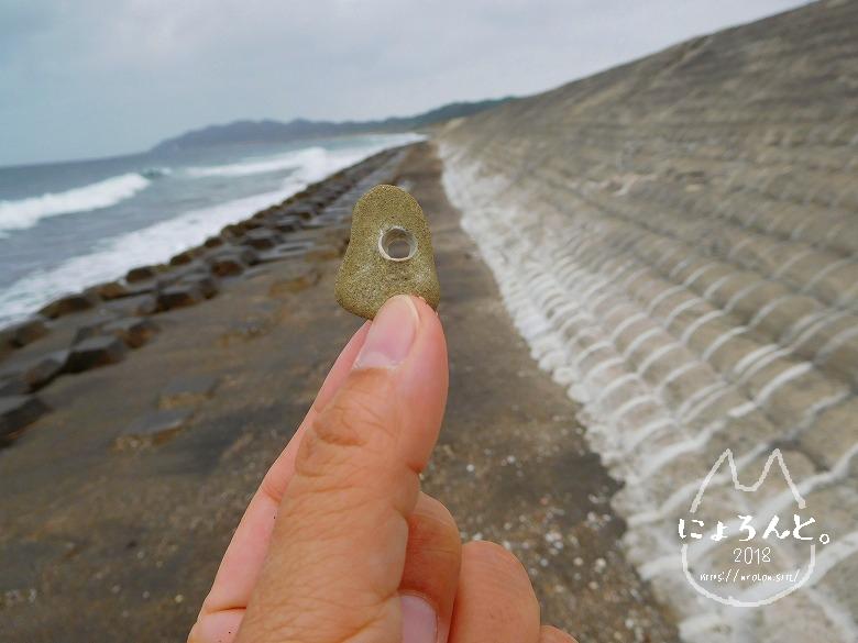 館山・平佐浦海岸でビーチコーミング/穴の開いた石
