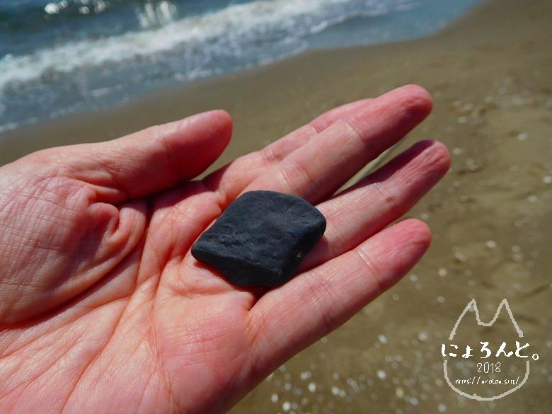 幕張の浜でビーチコーミング/黒い石