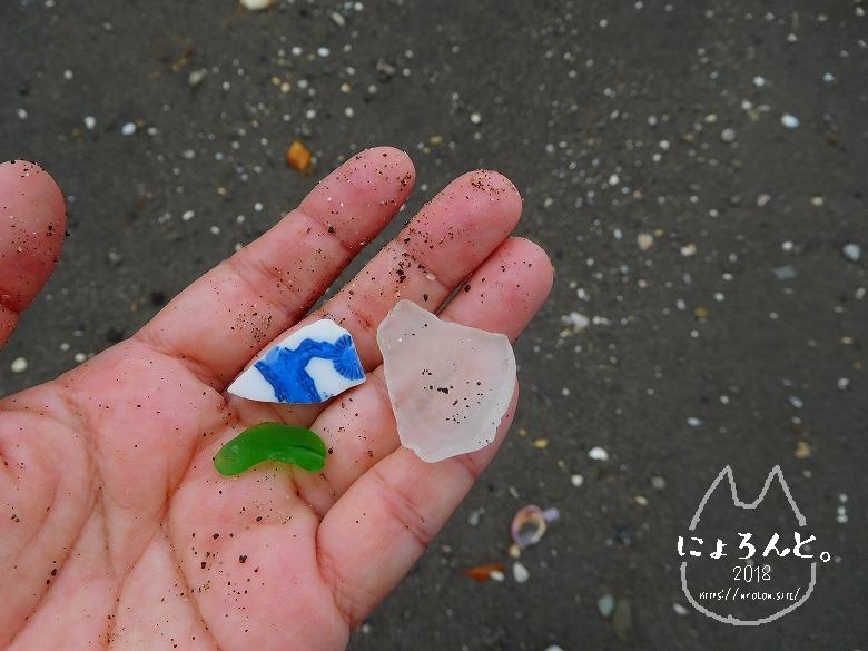 貝殻にシーグラスに陶片!上総湊・湊川河口でリバーコーミング/陶片とシーグラス
